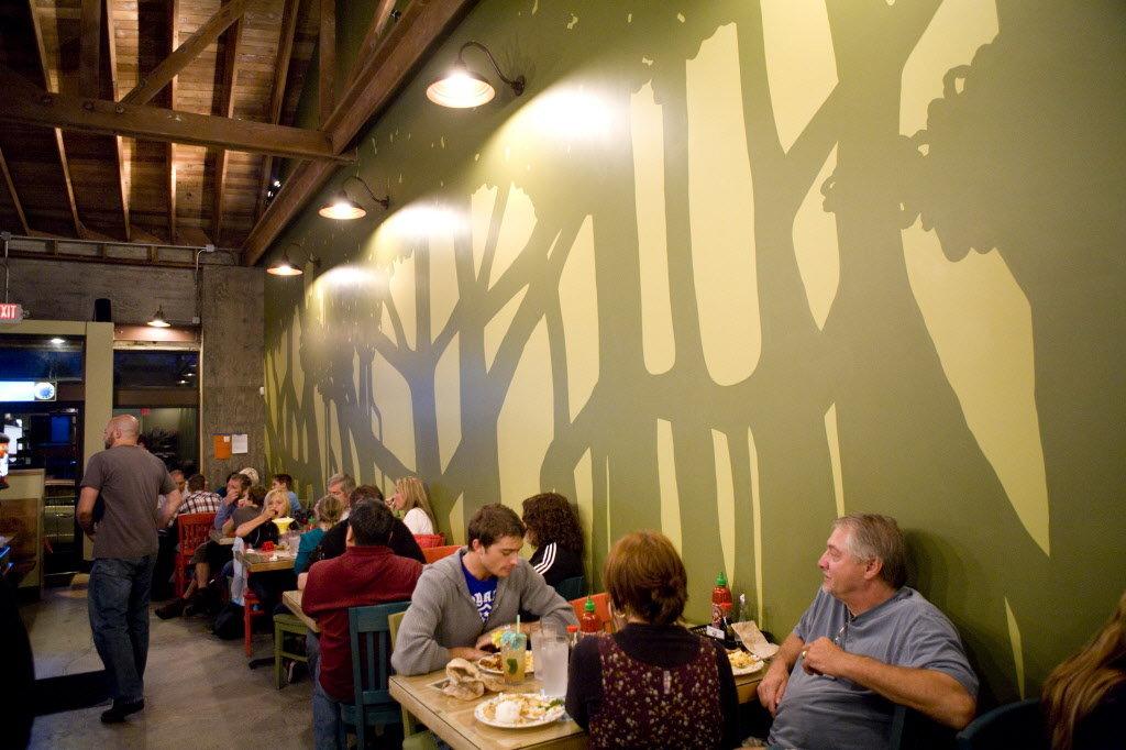 оригинальное оформление стены в кафе или баре